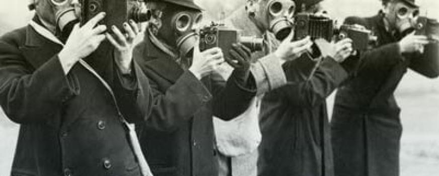Con una máscara de gas puesta se lee mejor